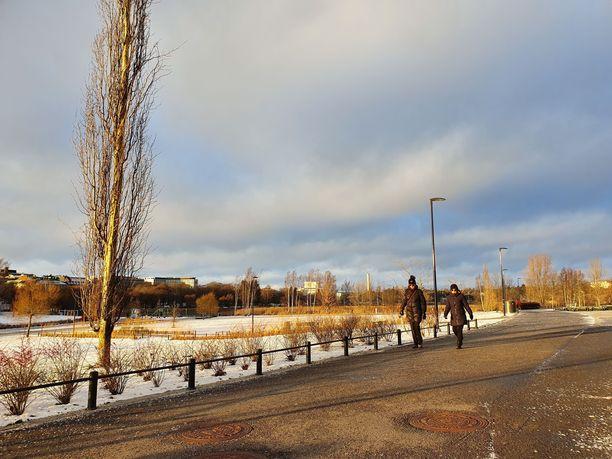 Helsingissä aurinko paistoi sekä lauantaina että sunnuntaina. Töölönlahdella oli upea ulkoilukeli.