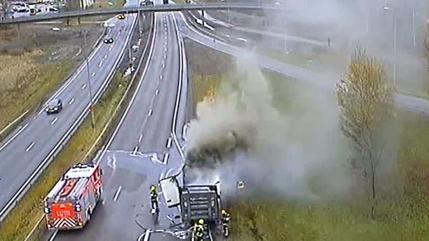 Vihdintien sillan liikennekamera tallensi lähellä syttyneen palon yksityiskohtaisen tarkasti.