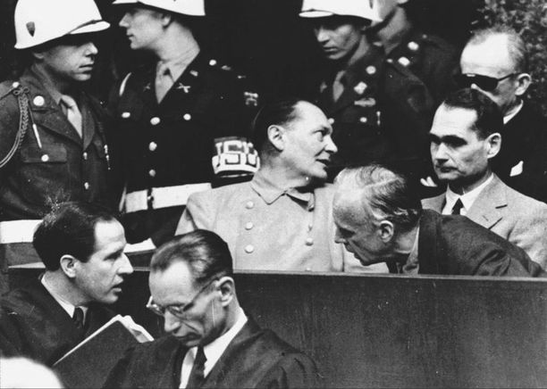 Hermann Göring (kesk.) ja Rudolf Hess (toinen oik.) Nürnbergin oikeudenkäynnissä.