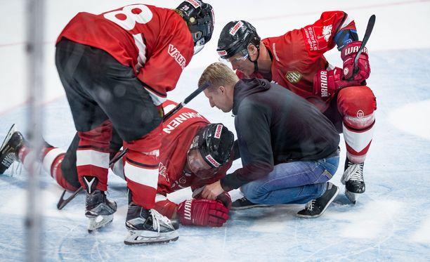 Markus Jokinen vajosi jään pintaan Benjamin Marshallin törkeän taklauksen jälkeen.