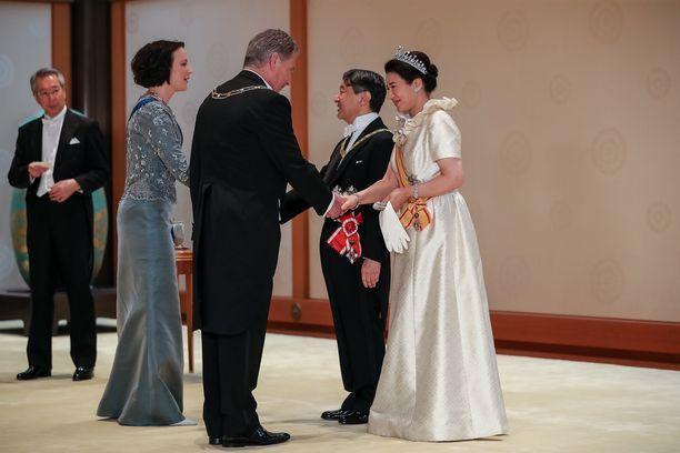 Uusi keisari ja keisarinna kättelivät presidenttiparin.