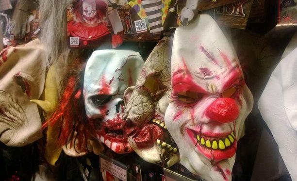Myymälän tangoilla roikkuu runsas valikoima pellanaamioita. Ostajille muistutetaan, että naamio on vain iloiseen käyttöön.