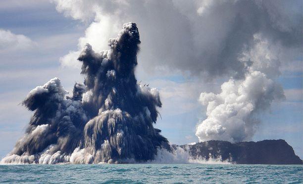 Valtava vedenalainen tulivuorenpurkaus synnytti uuden saaren vuonna 2014. Savu- ja tuhkapilvi nousi yli 10 kilometrin korkeuteen.