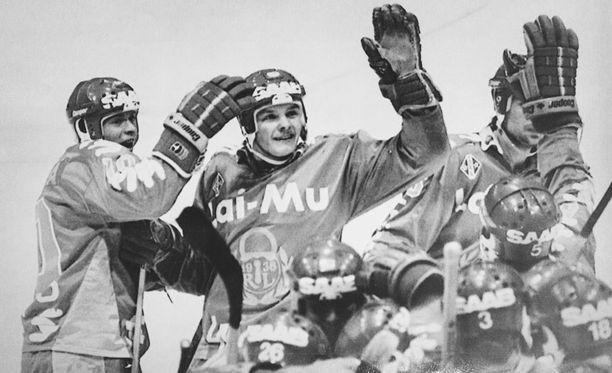 Lukko juhli viimeisintä finaalipaikkaansa keväällä 1988 kaadettuaan ratkaisevassa välierässä Ilveksen. Kuvassa iloitsevat Jyrki Pönkkä (vas.) ja Jari Torkki.