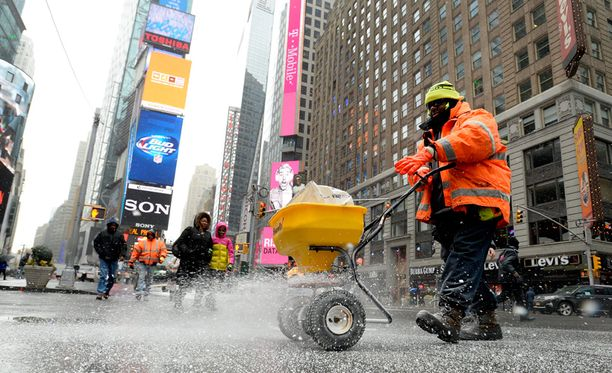 Mies levitti suolaa kaduille New Yorkissa.
