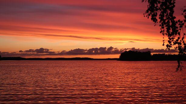 Auringonlasku värjää Roineen aallot.