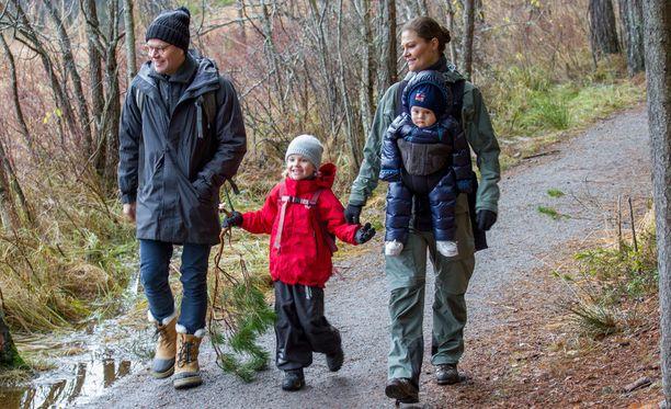 Kruununprinsessan perhe samoili lumettomissa maisemissa.