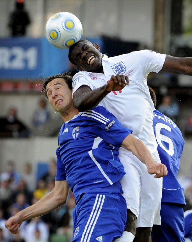 Micah Richards oli vaikea pideltävä Suomelle nuorten EM-kisoissa 2009. Kuvassa pallon kanssa taistelevat Richardsin ja Sparvin lisäksi Berat Sadik.