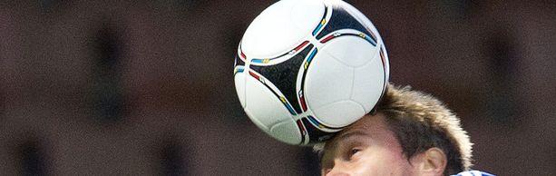 Pallon puskeminen saattaa olla aivoille haitallista.