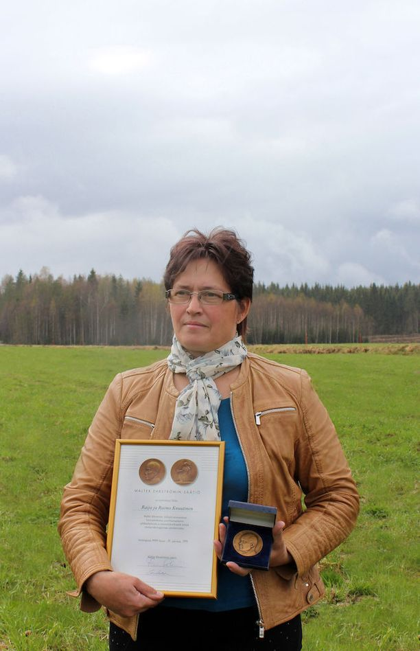 Raija Knuutinen on kokenut karjan kasvattaja. Hänet on palkittu maitotilan hoidosta useita kertoja.