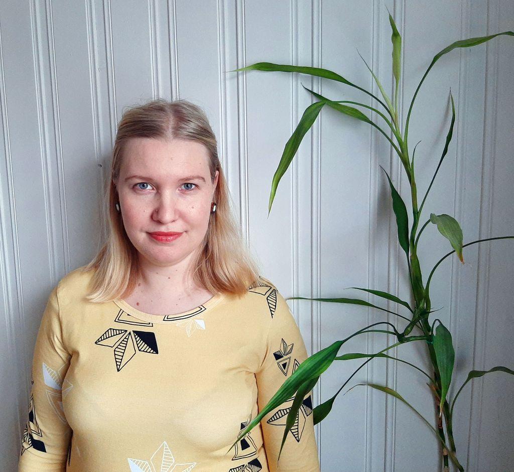 Laura Väisäsen mielestä yhteiskunta ei osaa kohdata lapsensa menettäneitä vanhempia.