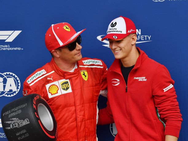 Kimi Räikkönen istahti keskiviikkona Milanossa Mick Schumacherin kyytiin. Vuosi sitten Schumacher ojensi Räikköselle Pirellin paalupaikkapalkinnon Monzassa.