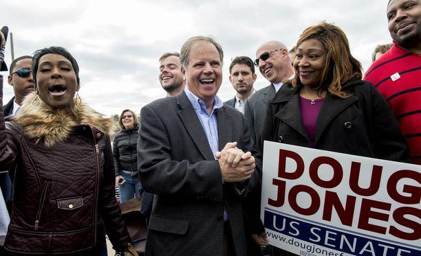 Demokraattien senaattoriehdokas Doug Jones Alabamassa vaalipäivänä 12.12.2017.