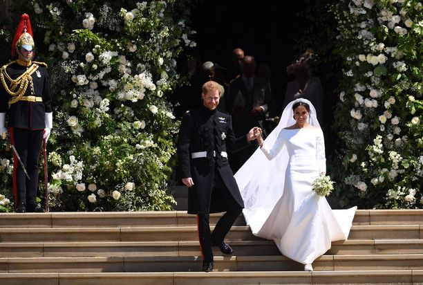 Prinssi Harry saattoi vaimonsa ulos kirkosta.