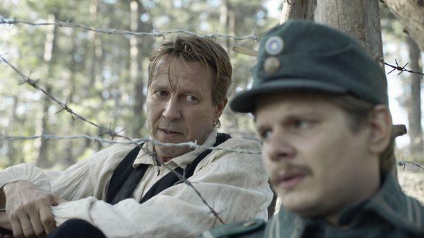 Yhtenä Martti Suosalon vastanäyttelijänä elokuvassa on Paavo Kinnunen.