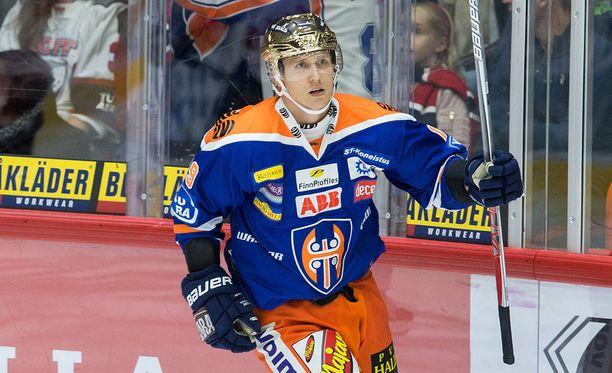 Veli-Matti Savinainen hioi luisteluaan taitoluisteluvalmentajan johdolla.