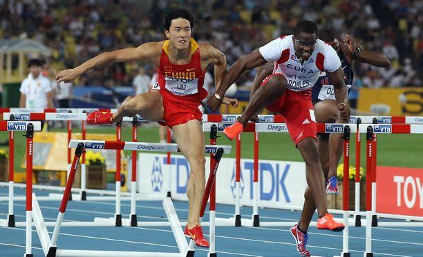 Kiinan Liu Xiangin (vas.) ja Kuuban Dayron Roblesin kontakti vuoden 2011 pika-aitojen MM-finaalissa johti kuubalaisen hylkäykseen. Ilman hylkäystä Robles olisi voittanut.