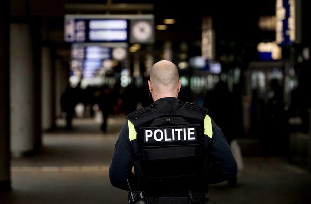 Hollannin poliisi on pidättänyt pääepäillyn lisäksi kaksi muuta henkilöä Utrechtin maanantaiseen raitiovaunuampumiseen liittyen.