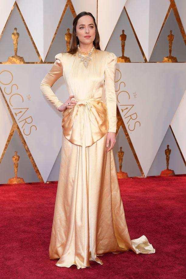 Dakota Johnsonin aamupukumainen iltapuku sai kriittikkiä aamuttakkimaisuudestaan. Johnson tunnetaan Fifty Shades of Grey-elokuvista.