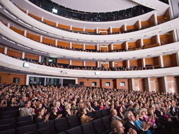 Teatteriala vaatii, että kahden metrin turvavälivaatimuksesta luovutaan teattereissa ja muissa yleisötilaisuuksissa. Yleisöä Helsingin Oopperatalolla vuonna 2014.