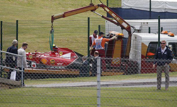 Räikkösen Ferrari vaurioitui pahoin törmäyksessä kaiteeseen.