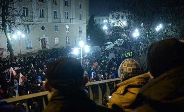 Puolalaispoliitikot pääsivät aamuyöllä poistumaan mielenosoittajien aiemmin saartamasta parlamentista.