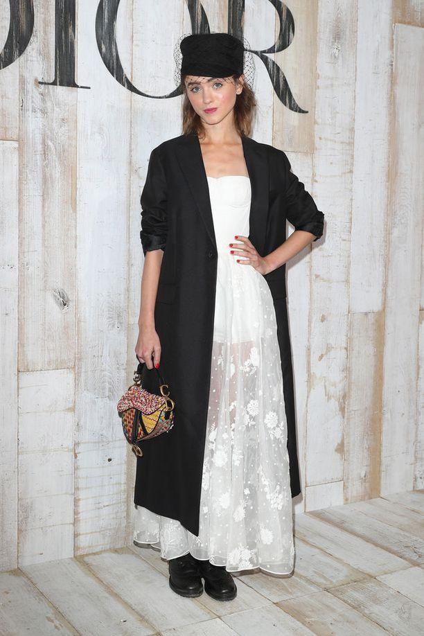 Stranger Things -sarjan tähti Natalia Dyer osallistui Diorin tapahtumaan satulalaukku käsipuolessaan.