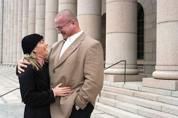Tony ja Katja Halme kuvattuna vuonna 2003 Eduskunnan edessä. Tuolloin Tony oli juuri päässyt kansanedustajaksi mahtavalla äänivyöryllä.