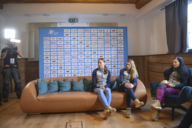 Kerttu Niskasen paikka oli tyhjänä Suomen lehdistötilaisuudessa Alpeilla. Johanna Matintalo (vas.), Laura Mononen ja Krista Pärmäkoski olivat läsnä.