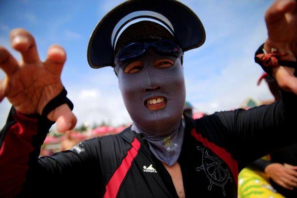 Pöö! Kasvomaski voi vaikuttaa pelottavalta, mutta kiinalaisen uimarin kasvoilla sen käytön syy on pinnallinen.