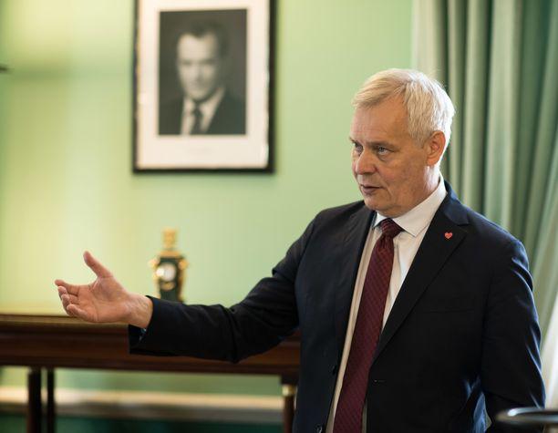 Pääministeri Antti Rinne haluaa pitää esimerkiksi puolustusvoimain kansainvälisen harjoittelun raamien määrittämisen poliitikkojen hanskassa.