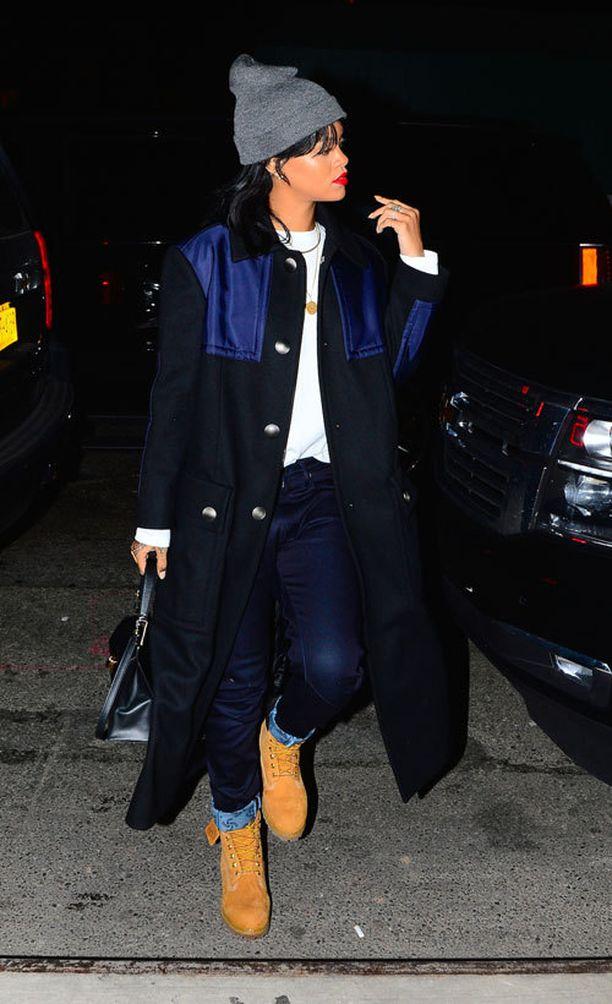 """Studioon matkalla ollut Rihanna oli pukeutunut paksuihin farkkuihin, valkoiseen collegeen sekä Timberlandin """"metsurikenkiin"""". Farkkujen upslaakit olivat hauskasti lähes samaa sävyä paksukankaisen takin sinisten yksityiskohtien kanssa."""