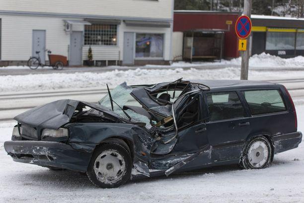 Kuljettaja pääsi kuin ihmeen kaupalla itse ulos autosta, mutta loukkaantui onnettomuudessa.