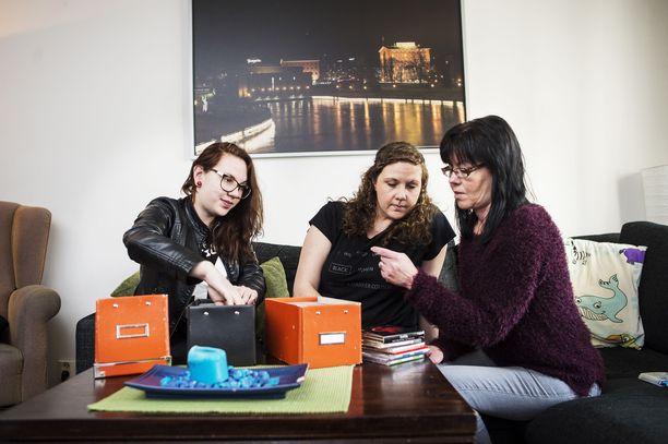 Petri Salosen tytär Wilma Salonen (vas.), ex-vaimo Salla Salonen ja sisko Päivi selailivat Petrin cd-levykokoelmaa keväällä 2016, kun henkirikosta oli tutkittu jo lähes puolitoista vuotta.