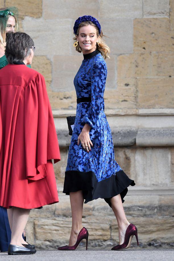 Cressida Bonas  saapui kirkkoon näyttävässä, sinisessä asussa.