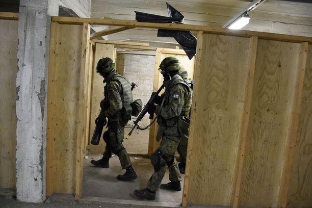 Tällä hetkellä reserviläisten sotilaallinen koulutus on MPK:n vastuulla. Arkistokuva Santahaminasta TRA-harjoituksista.