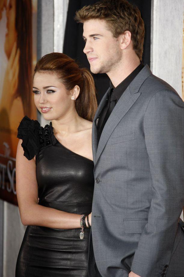 Miley Cyrus ja Liam Hemsworth The Last Song -elokuvan ensi-illassa.