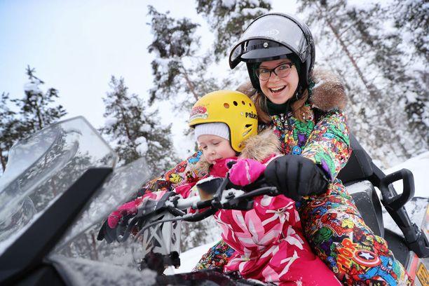 Venäläinen Instagram-tähti Evgenia Pushkareva ajoi Suomessa ensimmäistä kertaa moottorikelkkaa yhdessä tyttärensä Sashan kanssa. Hän aikoo palata Suomeen kesällä.