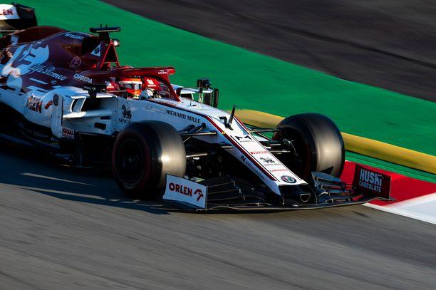 Kimi Räikkönen on tottunut kääntämään oikeiden F1-autojen rattia.