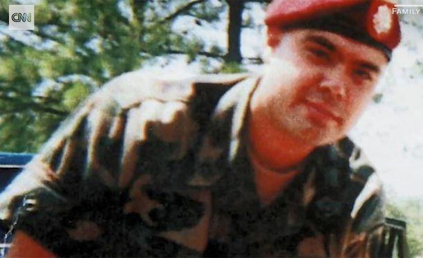 Miguel Perez ajautui huumeiden ja alkoholin pariin armeijauransa päätyttyä.