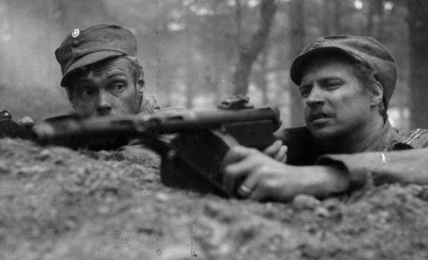 Antti Rokka (Reino Tolvanen) Edvin Laineen ohjaamassa Tuntemattoman sotilaan elokuvaversiossa. Vieressä Susi (Kale Teuronen).