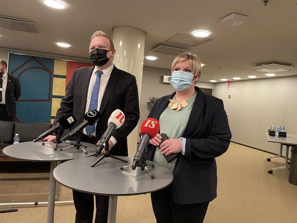 Keskustan eduskuntaryhmän puheenjohtaja Antti Kurvinen ja puolueen puheenjohtaja, ministeri Annika Saarikko.