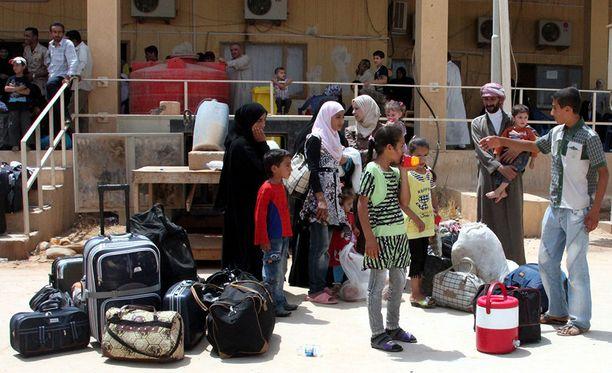 Syyrialaisia pakolaisia odottamassa bussiin pääsyä Qaimissa vuonna 2012. Qaim on tärkeä rajanylityspaikka Irakin ja Syyrian välillä, mikä teki siitä myös terroristijärjestölle keskeisen sijainnin.