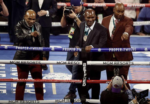 Mike Tyson (vas) ja Lennox Lewis (oik) olivat paikan päällä, kun Deontay Wilder ja Tyson Fury iskivät yhteen vuonna 2020.