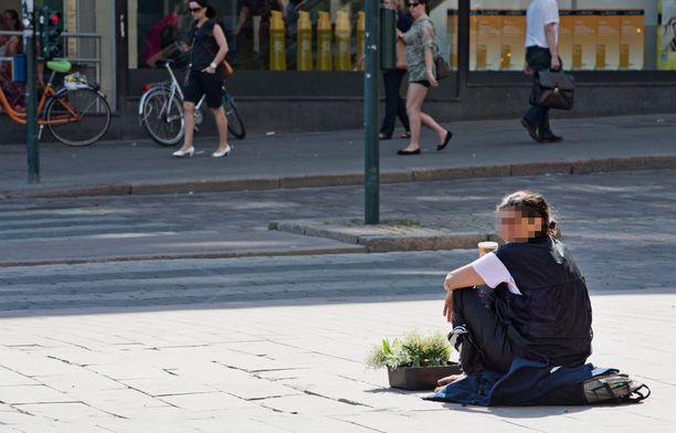 Romaniasta tulleet kerjäläiset myyvät usein myös kieloja kadulla. Kuva Helsingistä vuodelta 2013.