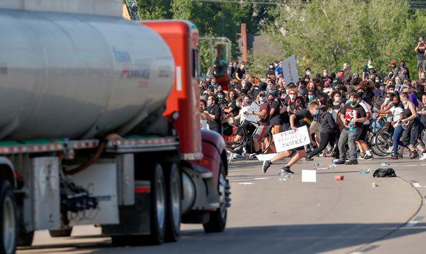 Säiliöauto jyräsi mielenosoittajien keskelle. Se oli tullut muutaman osavaltion päästä Ohiosta.