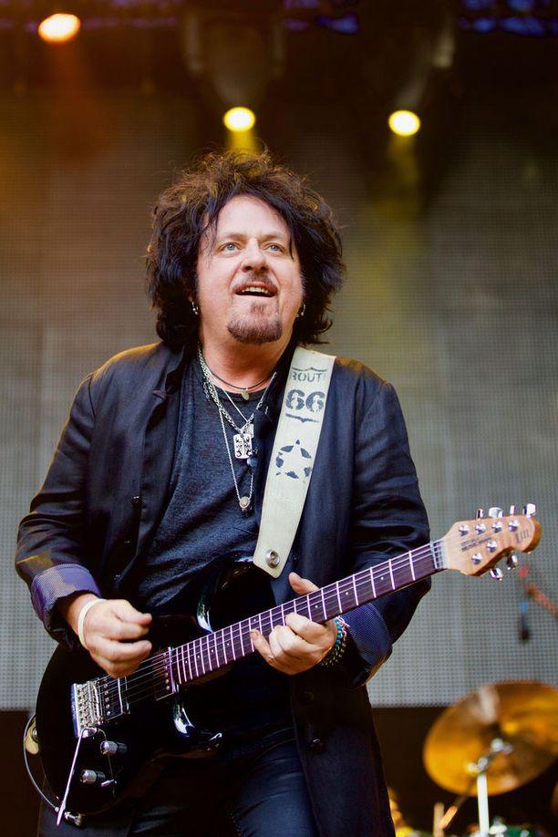Steve Lukather on 60-vuotias kitaravirtuoosi, säveltäjä ja tuottaja.