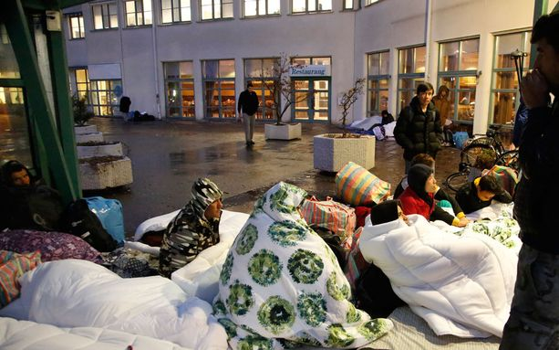 Turvapaikanhakijat nukkuivat maahanmuuttoviraston toimipaikan sisäänkäynnin edessä Ruotsissa Malmön Jägersrossa marraskuussa 2015.