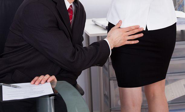 Jaettujen kokemusten perusteella ahdistelua tapahtuu kaikkialla työyhteisössä: työhaastatteluissa, kuvauksissa ja kokouksissa. Uhreja löytyy kaikista ikäluokista ja asemista.