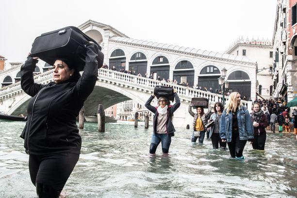 Italian kuuluisimpiin nähtävyyksiin kuuluva Rialton silta Venetsiassa ylittää Canal Granden, jonka pinta on nyt noin 1,6 metriä tavallista korkeammalla